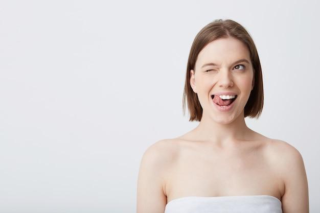 Horizontale aufnahme der attraktiven natürlichen jungen frau mit dunklem haar