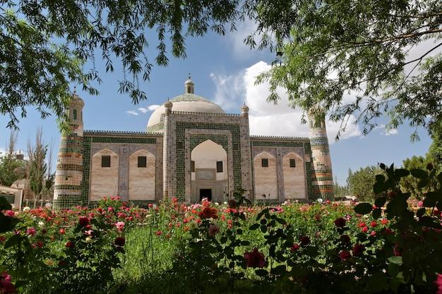 Horizontale aufnahme des afaq khoja mausoleums, einer heiligen muslimischen stätte in der nähe von kashgar in china
