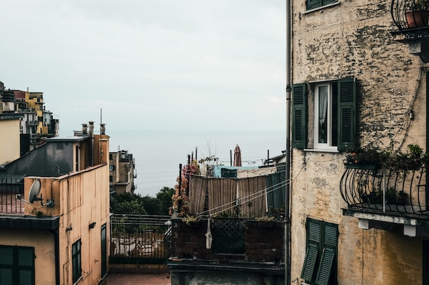 Horizontale aufnahme einer nachbarschaft mit alten wohnungen unter dem klaren blauen himmel