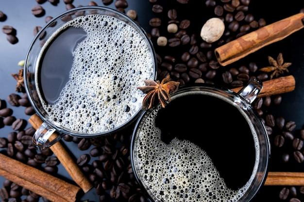 Horizontale aufnahme von espresso und gerösteten kaffeebohnen, nahaufnahme