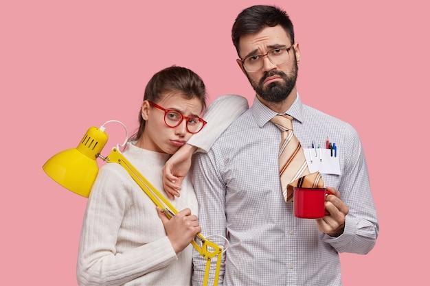 Horizontale aufnahme von unzufriedenen jungen college-studenten haben mimik niedergeschlagen, nicht wie ergebnis der arbeit