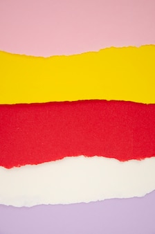 Horizontale linien aus herausgerissenem farbigem papier