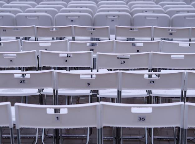 Horizontale schwarze und weiße stühle mit zahlen hintergrund mit mehreren objekten