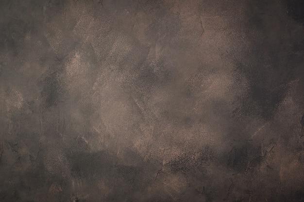 Horizontaler brauner betonhintergrund mit dunklen abnutzungsspuren. konzept für ihr design.
