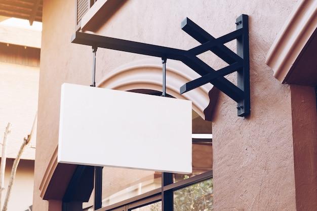 Horizontaler leerer leerer signage auf kleidungsshopfront mit kopienraum.
