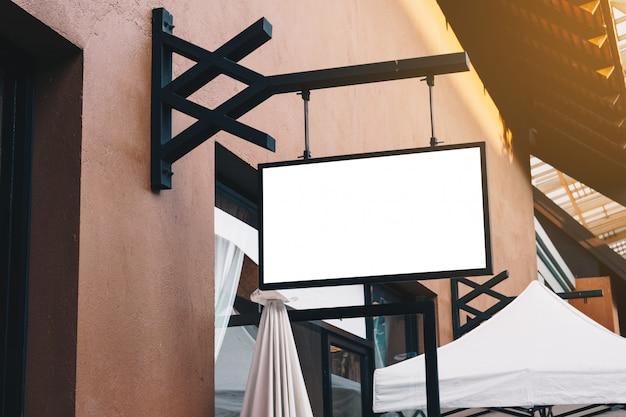 Horizontaler leerer signage auf kleidungsshopfront mit kopienraum.