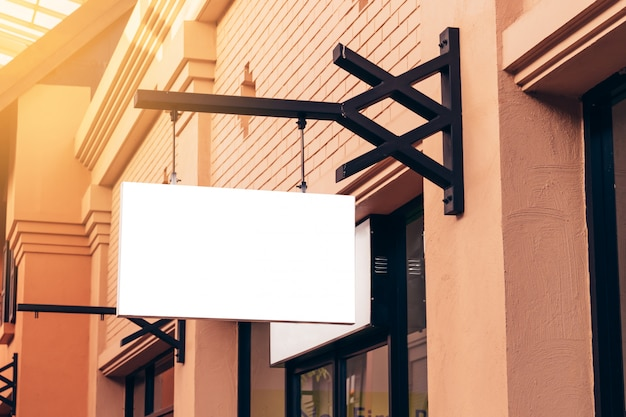 Horizontaler schwarzer leerer signage auf kleidungsshopfront mit kopienraum.
