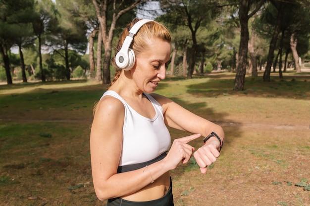 Horizontales bild eines hispanischen läufers, der mit einer smartwatch trainiert. lifestyle-konzept