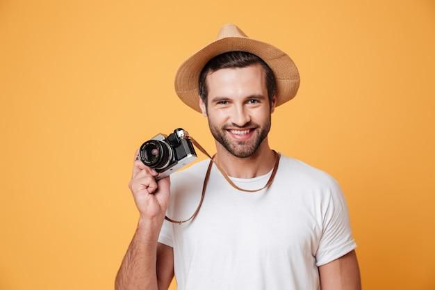 Horizontales bild eines positiven mannes, der kamera hält