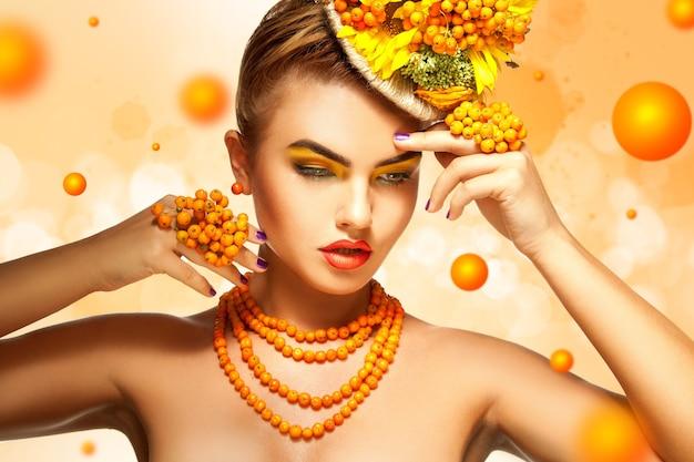 Horizontales bild im sommerstil von glamour-girl mit rowan-accessoires