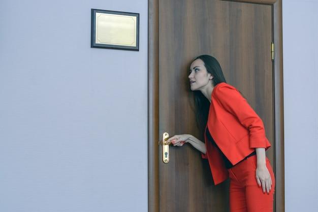 Horizontales nahaufnahmeporträt einer frau in einer roten klage