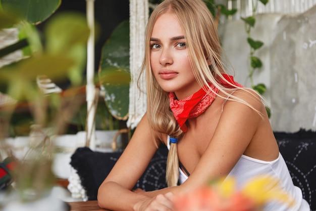 Horizontales porträt der ernsten blonden frau mit ernstem ausdruck