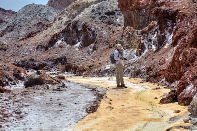 Hormuz island, hormozgan, iran, ein reisender betrachtet natürliche attraktionen.