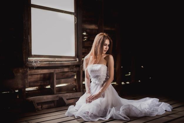 Horrormädchen im weißen kleid