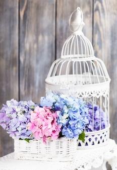 Hortensie blüht im weißen korb. blumendeko für zu hause