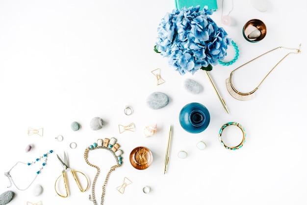 Hortensie, feminine accessoires, goldene clips und stift auf weiß