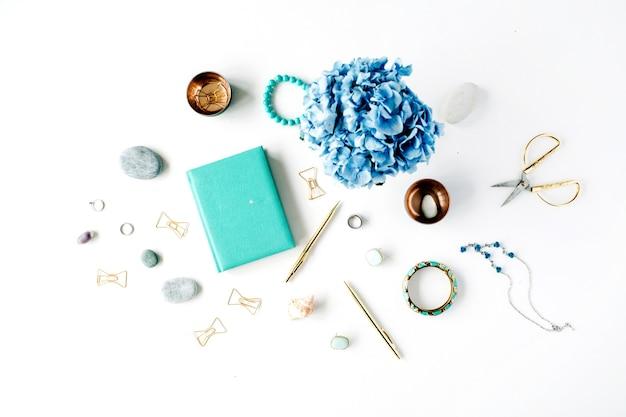 Hortensie, feminine accessoires, minztagebuch, goldene clips und stift auf weiß