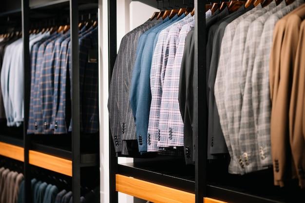 Hosen in männerhänden in einem bekleidungsgeschäft, nahaufnahme.