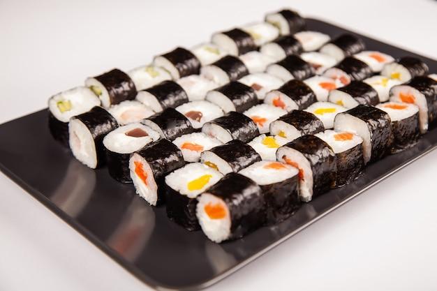 Hoso sushi set und sushi rolls. verschiedene sushi und brötchen mit fischkäse.