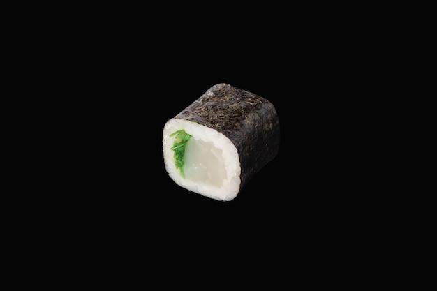 Hosomaki-rolle mit chuka-algen und jakobsmuschel isoliert auf schwarz
