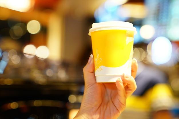 Hot art latte im pappbecher auf dem holztisch