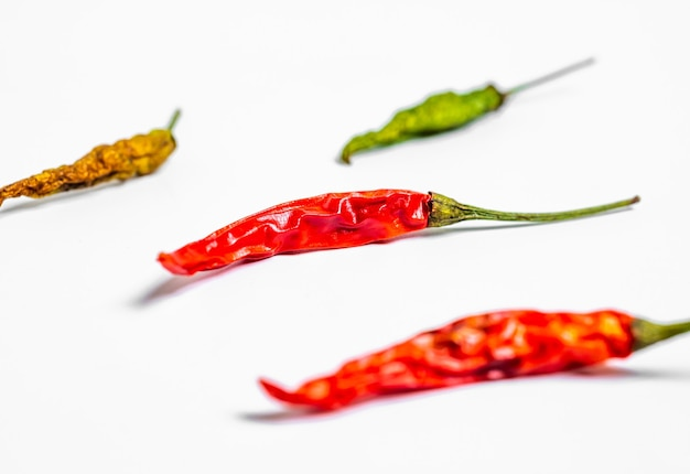 Hot chili pfeffer auf weißem hintergrund. chili-pfeffer, makro, selektiver fokus
