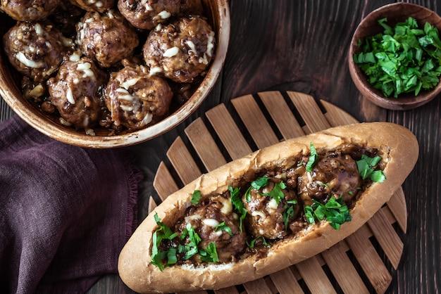 Hot dog brötchen gefüllt mit fleischbällchen