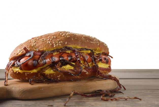 Hot dog mit gebratenen zwiebeln. isolierter hintergrund