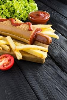 Hot dog mit wurst und pommes