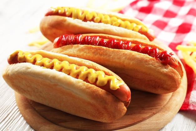 Hot dogs mit bratkartoffeln nahaufnahme