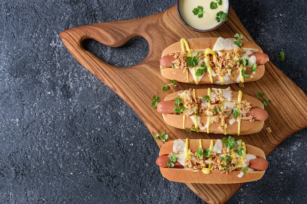 Hot dogs mit käsesauce und senf