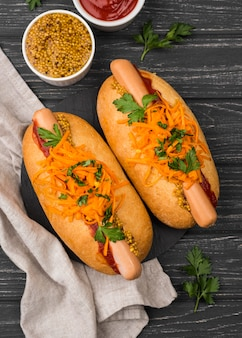 Hot dogs mit karotten liegen flach