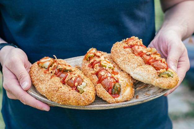 Hot dogs mit knusprigen zwiebeln und eingelegten gurken
