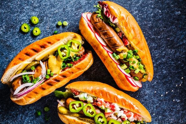 Hot dogs mit verschiedenen belägen