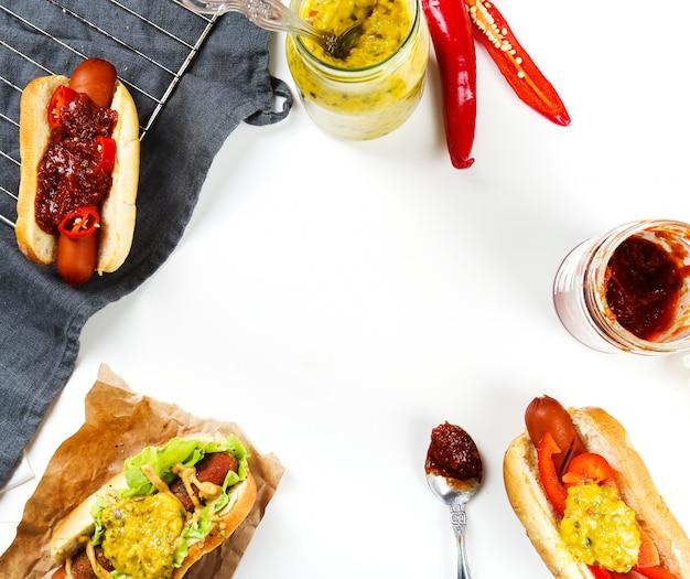 Hot dogs mit verschiedenen zutaten