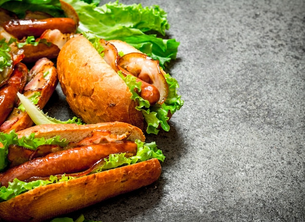 Hot dogs rindfleischgrill mit speck und kräutern