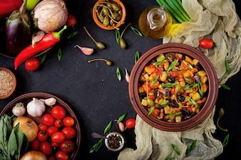 Hot pikant Eintopf Auberginen, Zucchini, Paprika, Tomaten, Karotten, Zwiebeln, Oliven und Kapern