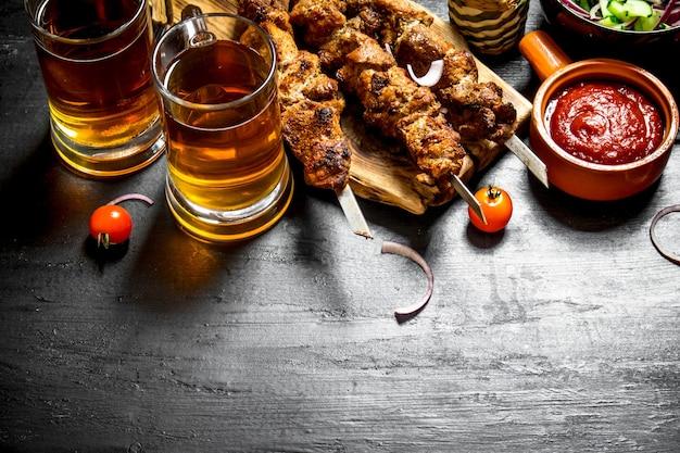 Hot shish kebab mit einem kalten bier.