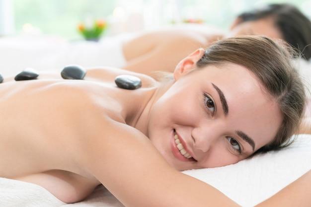Hot stone massage behandlung von therapeuten im spa.