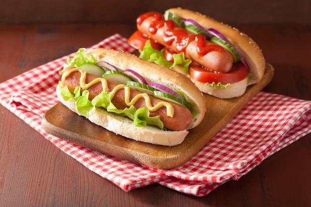 Hotdog mit ketchup-senf und gemüse
