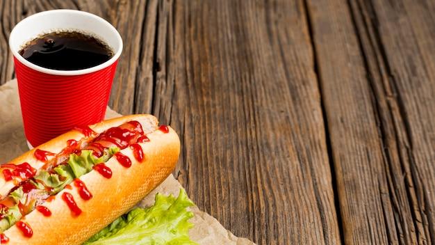 Hotdog mit soda und kopienraum