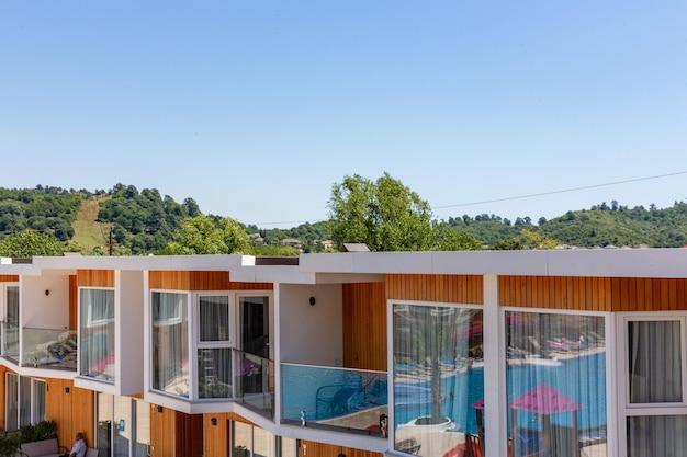 Hotel im sommererholungszentrum mit schwimmbad