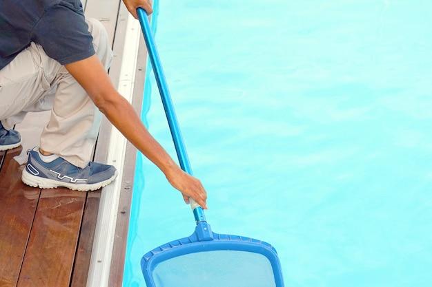 Hotelangestellte, die den pool reinigen
