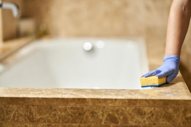 Hotelbad während der reinigung mit professionellen dienstleistungen