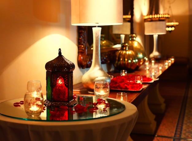 Hotelrezeption mit kerzen und arabischen lampen für ramadan kareem