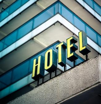 Hotelschild in gelb