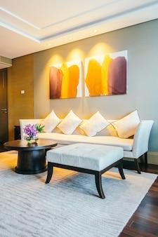 Hotelzimmer mit einer bequemen couch