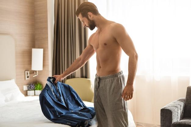 Hotelzimmerunterkunft für geschäftsreisende des jungen mannes