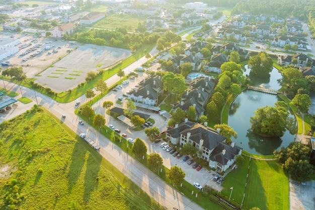 Houston, texas luftbild über der morgensonne auf der westseite mit apartmentkomplex
