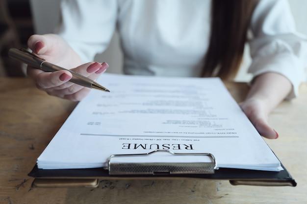 Hr-audit lebenslauf antragsteller papier und interview mit dem antragsteller für die auswahl der humanressourcen an das unternehmen. konzepte für vorstellungsgespräche besprechen.